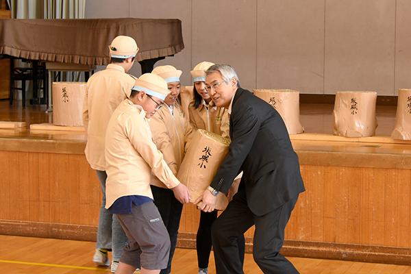 坂城小学校6年生卒業記念制作ベンチ贈呈