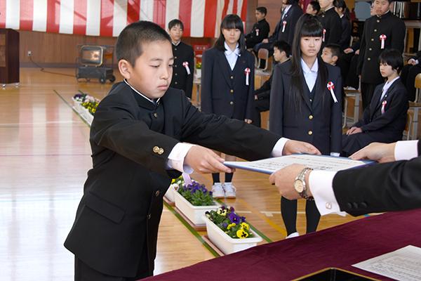 村上小学校卒業式01